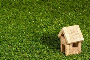 Modell av hus på gräsmatta